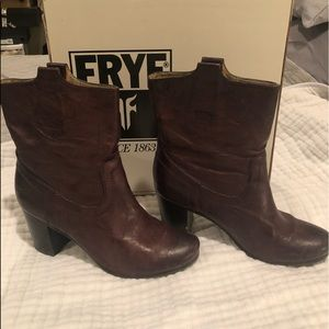 Great condition Frye Carson mid heel brown bootie.